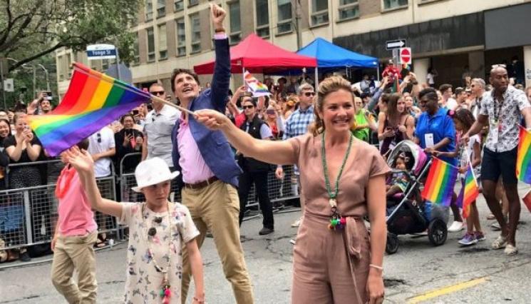 Премьер Канады ссемьей поучаствовал вкрупнейшем параде ЛГБТ страны