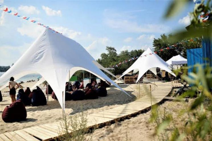 В Киеве откроют обновленный пляж с пуфами, батутом и танцевальной зоной
