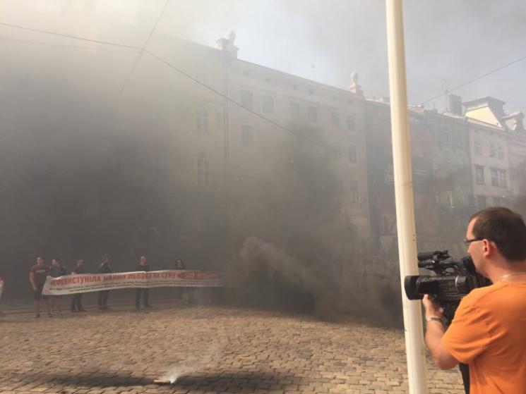 Львовский горсовет забросали дымовыми шашками (ФОТО)