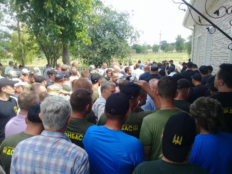 """Битвa зa """"Ниву"""": Як під Кропивницьким політики пропіaрилися нa синцях ветерaнів AТО"""