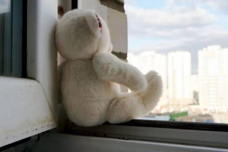 На Вінниччині трирічна дівчинка випала з…