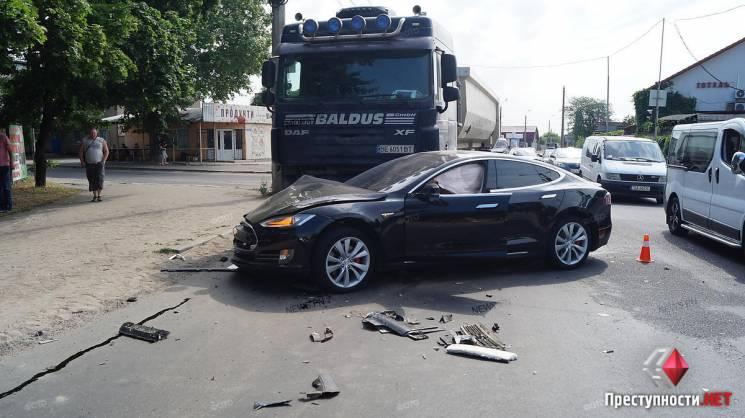 """У Миколаєві фура та легковик зіткнулись із """"Теслою"""""""