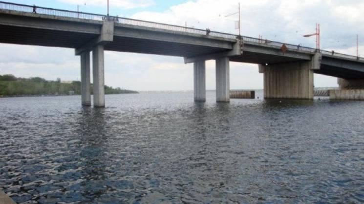 У Миколаєві рятівники знімали 19-річного хлопця, що застряг на опорі мосту