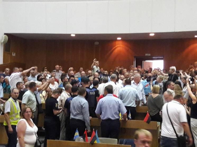 Депутатов-свободовцев выгнали с сессии Т…
