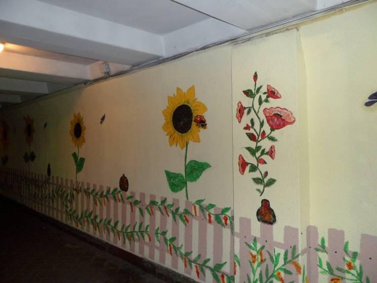 В Запорожье неугомонный патриот разрисовывает подсолнухами подземные переходы (ФОТО, ВИДЕО)