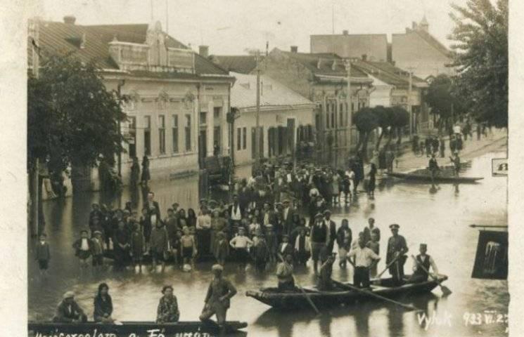 Ретрофото. Як на Закарпатті 85 років тому влітку на вулицях плавали у човнах
