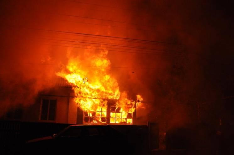 У Конотопі на вулиці Спортивній горів будинок та чотири автомобілі, є постраждала (ВІДЕО)