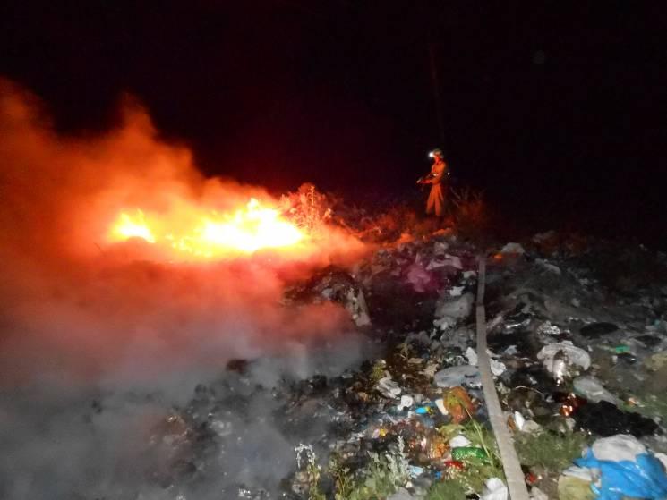 Як миколаївські рятувальники гасили палаюче сміття і чагарники