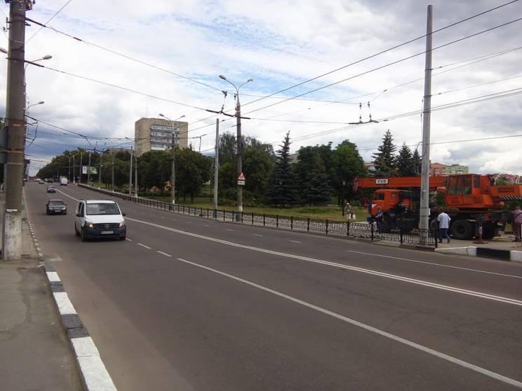 У Сумах вздовж проспекту Шевченка встановлюють опори (ФОТО)