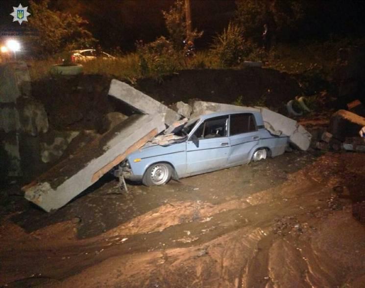 У Харкові через комунальну аварію впала бетонна стіна: Плити розчавили авто (ВІДЕО)
