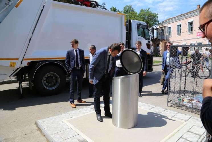 У Хмельницькому встановили перші два підземні сміттєві контейнери (ФОТО)