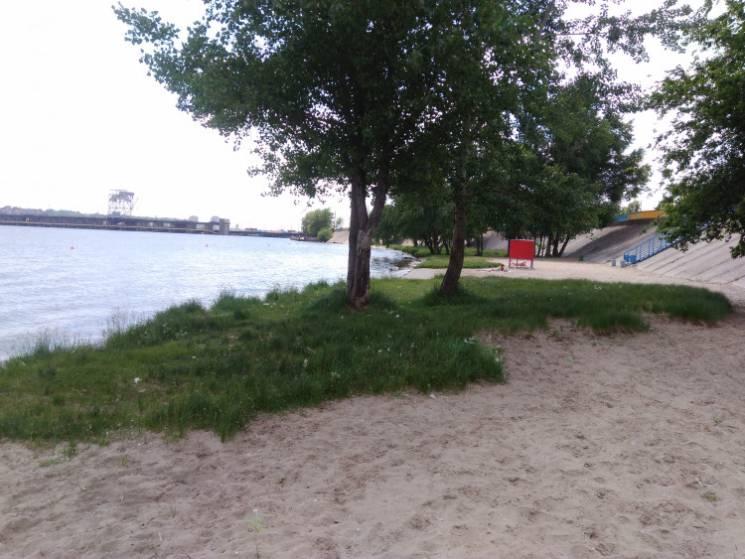 """Дніпровська вода на популярних у запоріжців пляжах забруднена """"хімією"""" та мікробами"""