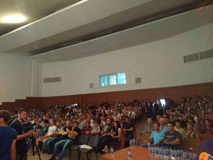 На збори по відкликанню депутатів міськради прийшли понад 400 полтавців (ФОТО)