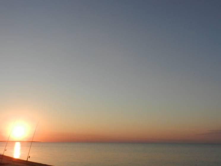 У курортній Кирилівці рибалка сфотографував чарівний світанок (ФОТО)
