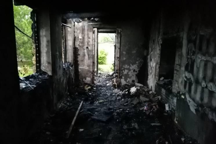 Вогонь вщент знищив поверх будинку у Харкові