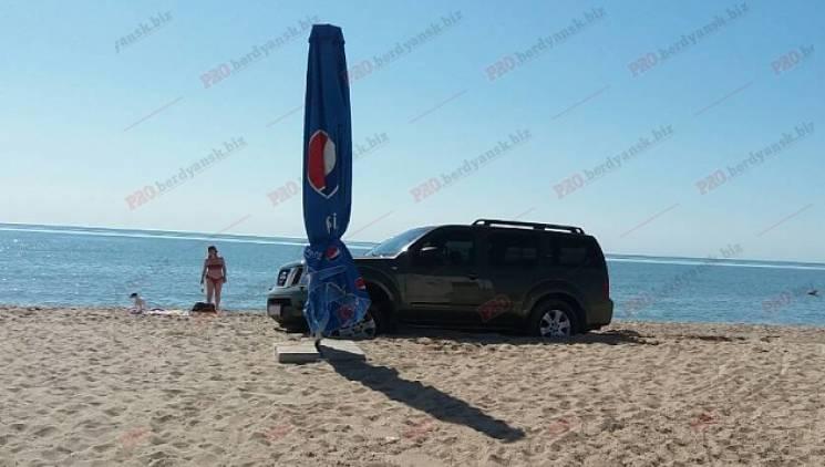 У Бердянську на пляжі застряг позашляховик (ФОТО, ВІДЕО)