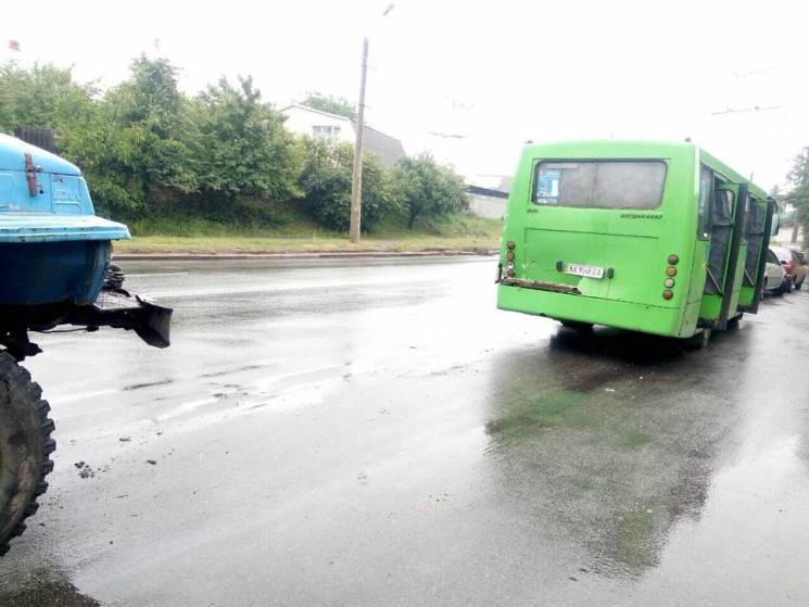 У Харкові вантажівка протаранила маршрутку: До медиків звернулися шість людей (ФОТО)