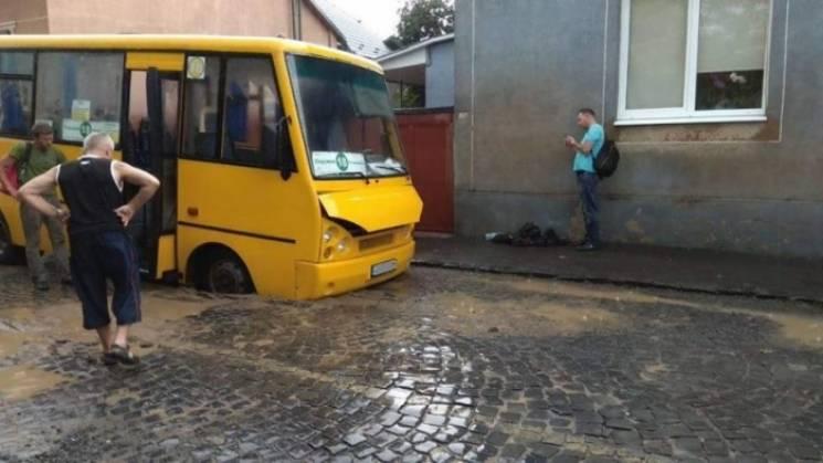 Постремонтне: У Мукачеві автобус провалився в яму (ФОТО)