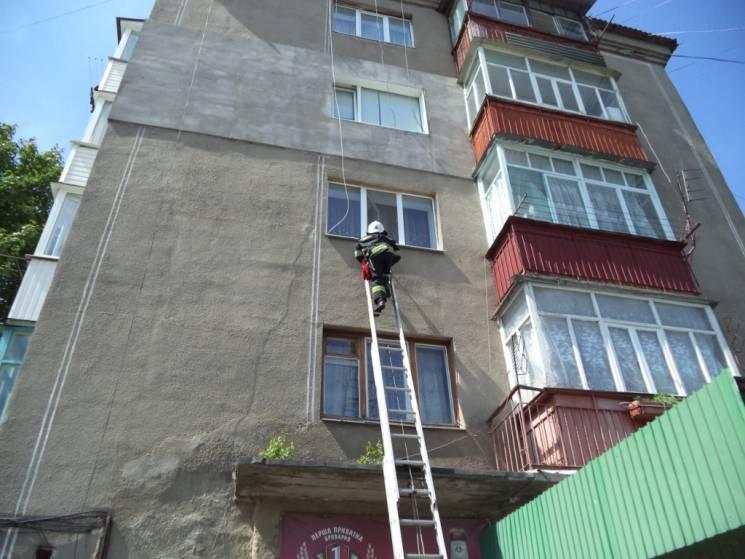 На Хмельниччині рятували малюка із полону замкненої квартири