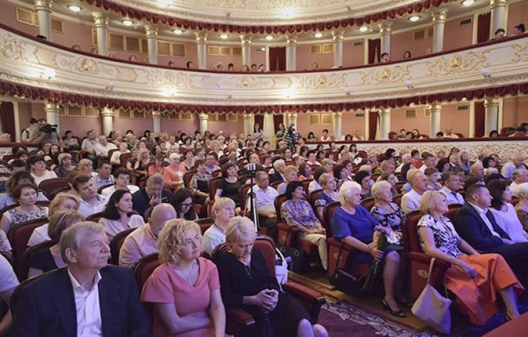 Нагороди та концерт: У театрі привітали кропивницьких медиків з прийдешнім святом