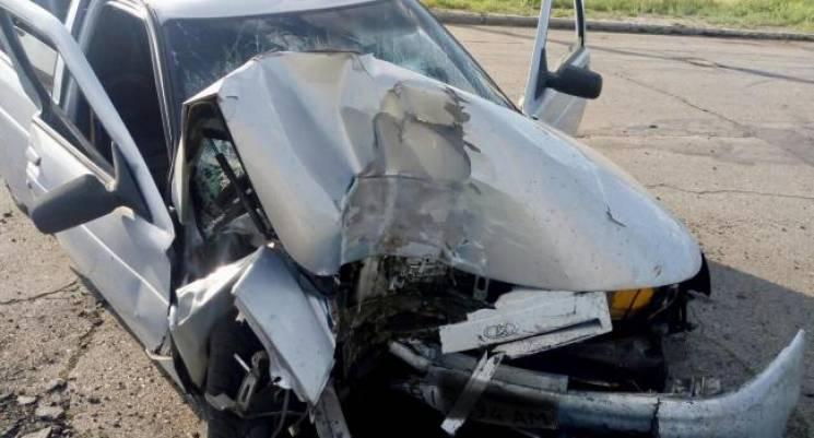 У Кременчуці автівка в'їхала в електроопору, є постраждалі