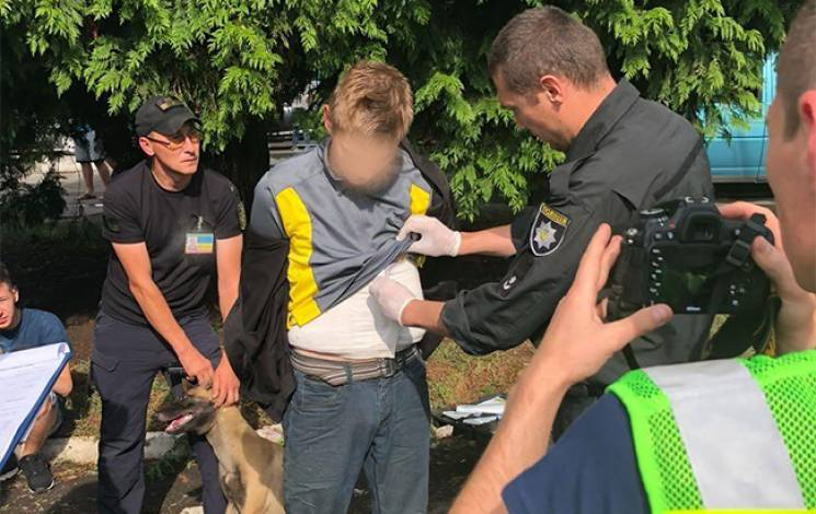 """Українець намагався провезти через пункт пропуску """"Ужгород"""" 2,5 кг марихуани (ФОТО)"""