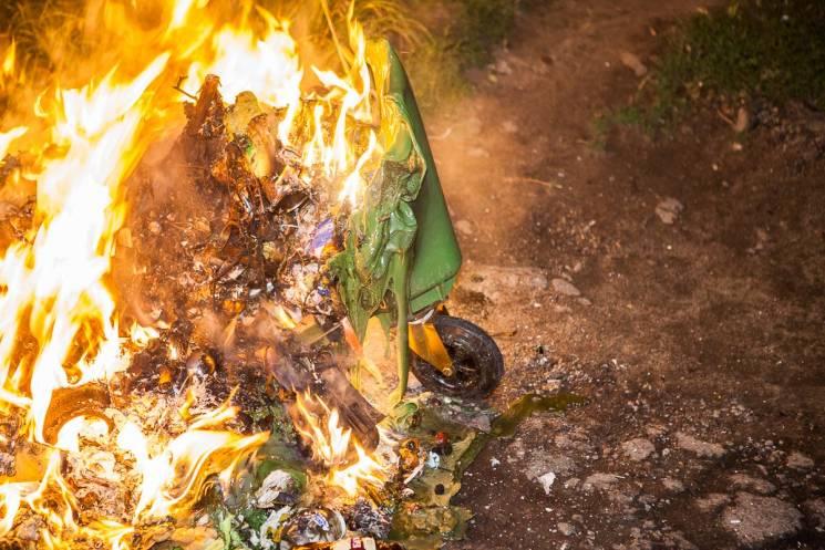 """У Дніпрі згорів ще один """"негорючий"""" сміттєвий контейнер"""
