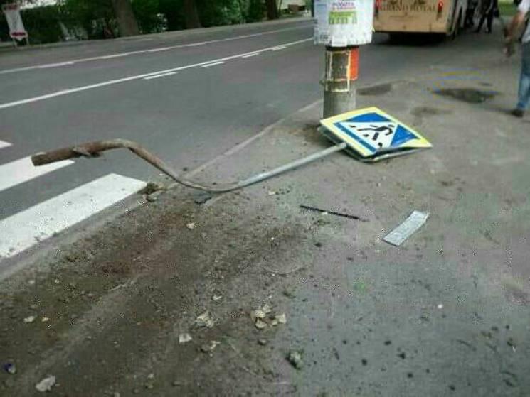 У Хмельницькому винуватець ДТП збив знак і залишив патрульним свої номери (ФОТО)