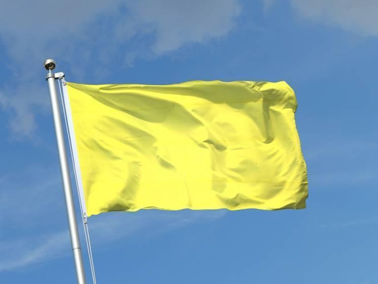 На одному зі столичних пляжів вже тиждень майоріє жовтий прапор