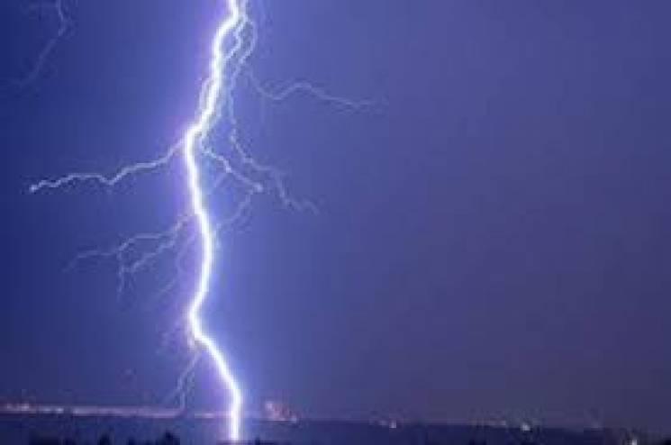 На Хмельниччині знову в будинок поцілила блискавка
