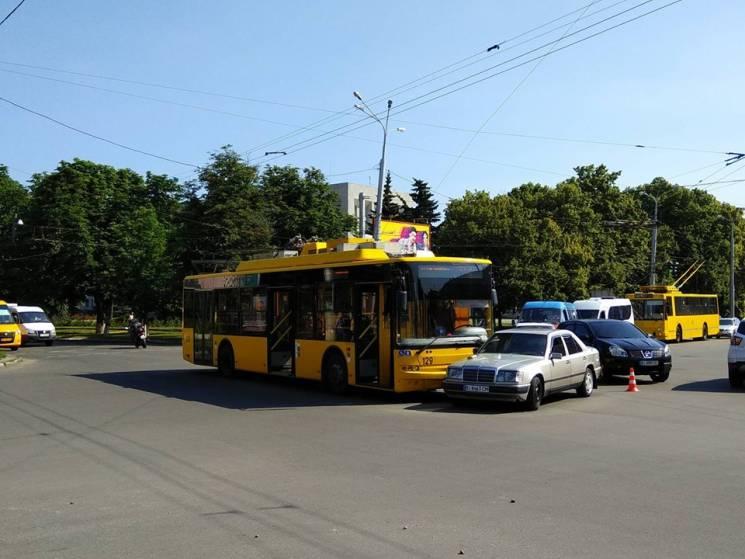 """У Полтаві зіткнулись тролейбус та """"Мерседес"""", серед постраждалих - неповнолітня (ФОТО)"""