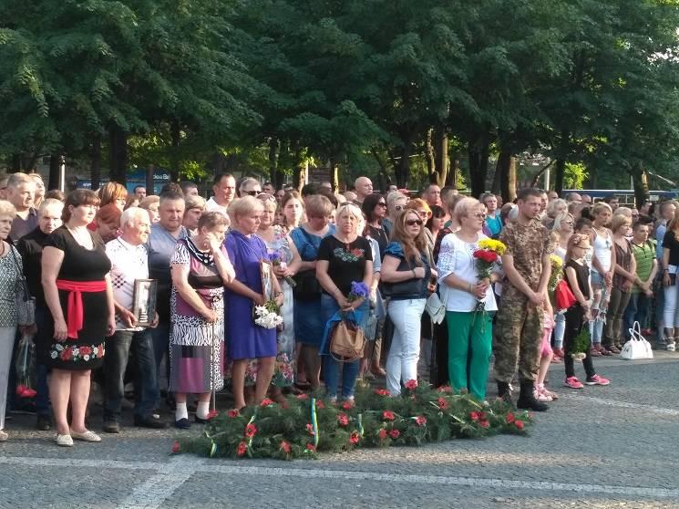 Вінок з маками і плач скрипки: У Дніпрі вшанували пам'ять загиблих в ІЛ-76 десантників (ФОТО)