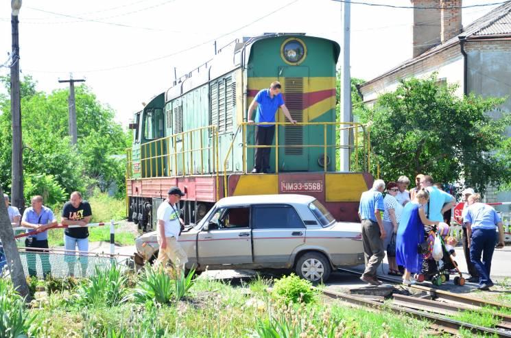 На Кропивниччині тепловоз врізався у легковик, який мчав на червоне (ФОТО)