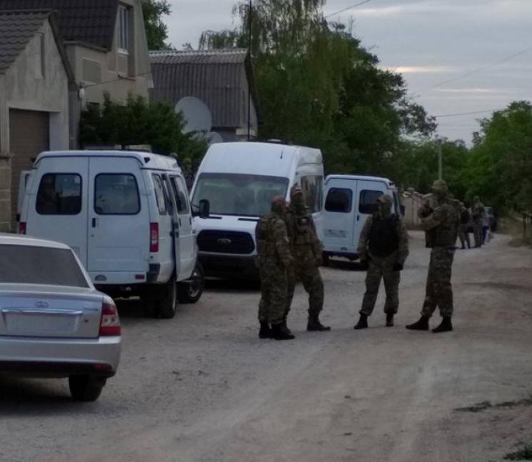 Окупанти вдерлися з обшуком у дім кримського татарина (ВІДЕО, ОНОВЛЕНО)