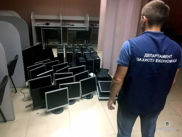 """У Харкові поліція """"накрила"""" п'ять казино (ФОТО)"""