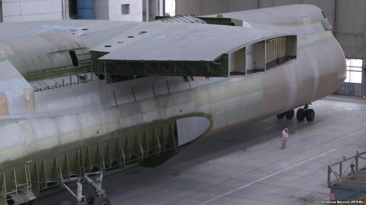 """Забута """"Мрія"""": Як виглядає """"близнюк"""" літака-гіганта, якого на 30 років """"законсервували"""" в ангарі (ФОТО)"""