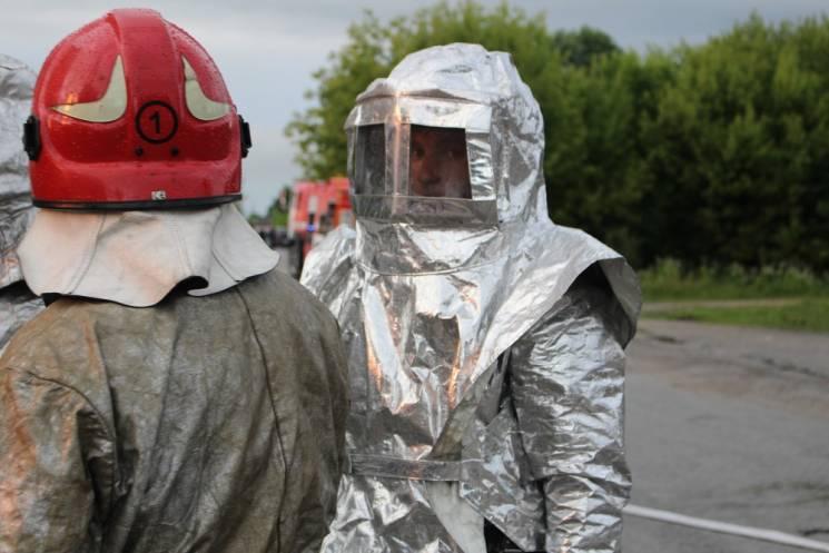 На Тернопільщині евакуювали 350 людей через пожежу спиртової бази (ФОТО)
