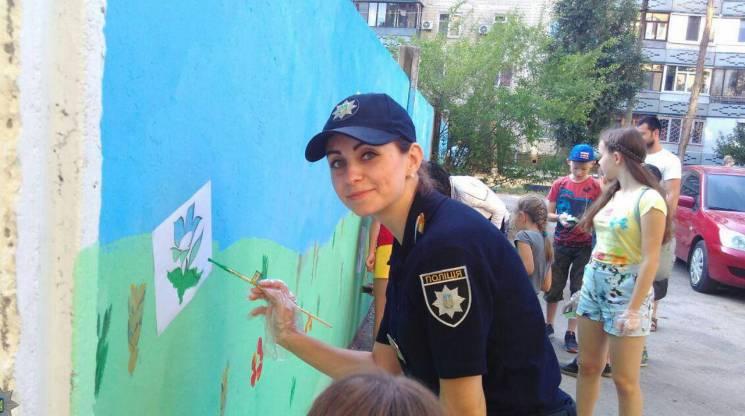 Поіцейські у Дніпрі разом з дітьми замальовували рекламу наркотиків