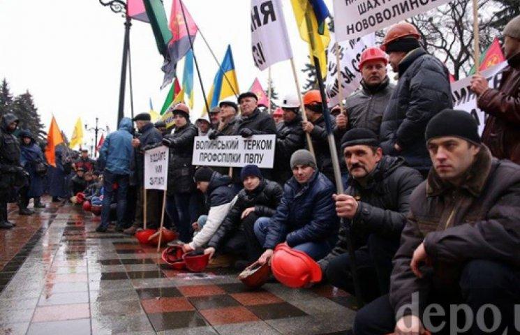 Под Радой шахтеры стучат касками и требуют выплаты зарплат