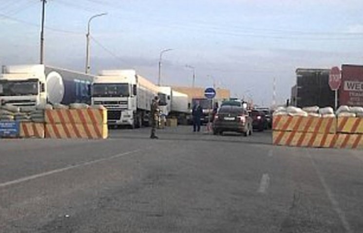 На въезде в Крым стоят в очереди 900 грузовиков