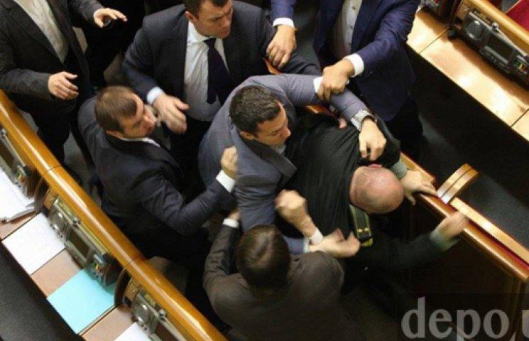 У Раді жорстко побилися депутати. Гройсман закрив ранкове засідання