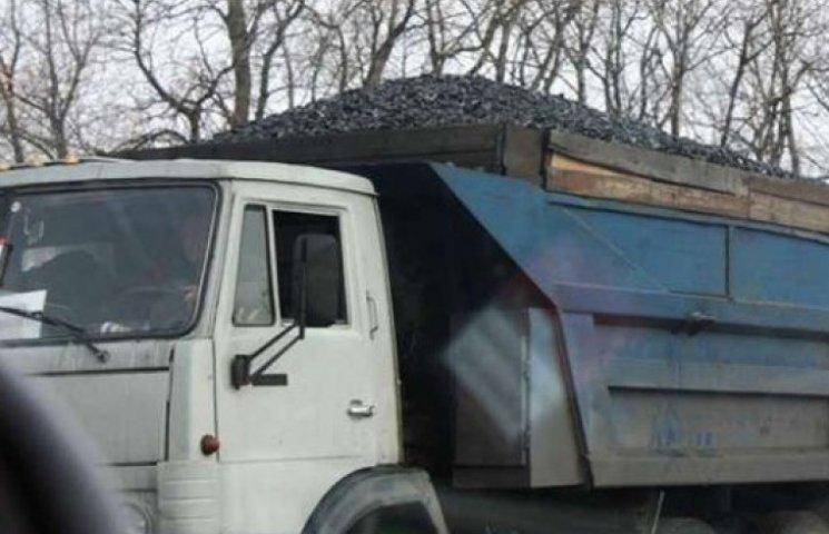Бойовики продовжують фурами вивозити українське вугілля в Росію