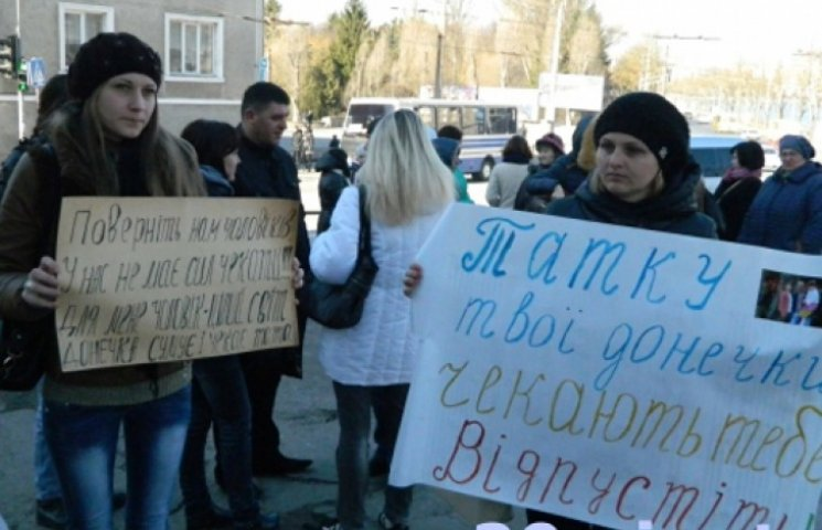 В Тернополе женщины перекрыли дорогу, требуя вернуть домой бойцов «Збруча»