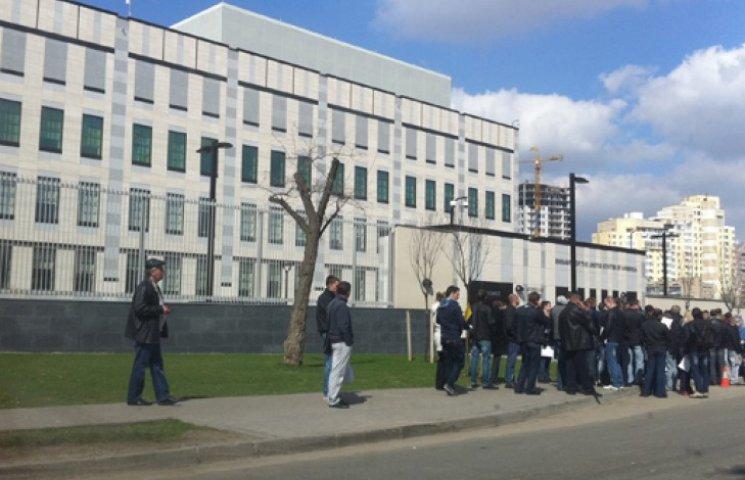 Под американским посольством в Киеве собирается проплаченный митинг ‒ нардеп