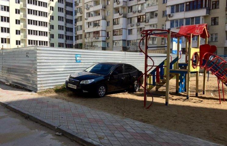 """У Миколаєві чергове """"автобидло"""" припаркувалося на дитячому майданчику"""