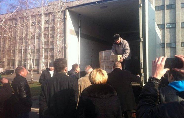 У Кривому Розі з вантажівки роздавали виборчі бюлетені