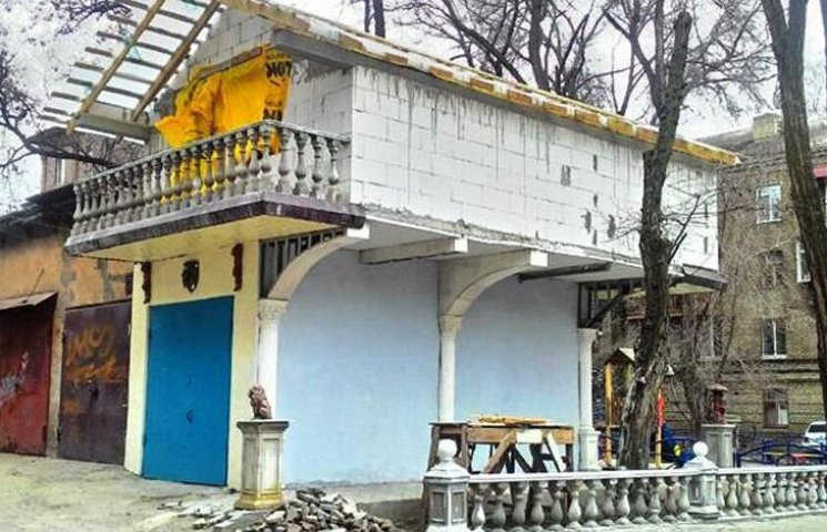 """Мешканець Запоріжжя перетворив власний гараж на """"Межигір"""