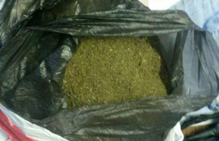 У Миколаєві наркоман з 2 кг канабісу пропонував поліцейським покурити з ним