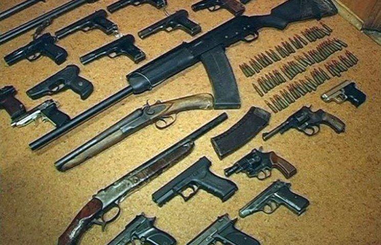 Запорожці несуть в поліцію рушниці, револьвери, гранати і міни