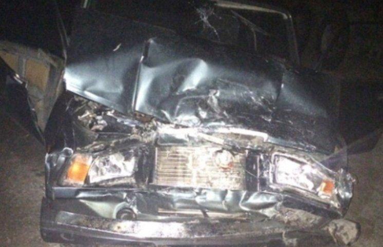 На Миколаївщині вантажівка ледь не розчавила авто поліцейських: є постраждалі